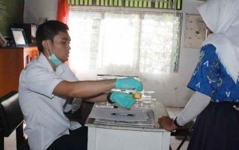 Salah seorang pelajar di salah satu SMA di Kota Sampit menjalani tes urine beberapa waktu lalu. BORNEONEWS/RAFI