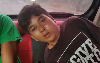 Julianto (19), pelaku curanmor dibawa menuju Mapolres Kotawaringin Barat untuk menjalani pemeriksaan, Selasa (8/11/2016) sore. BORNEONEWS/FAHRUDDIN FITRIYA