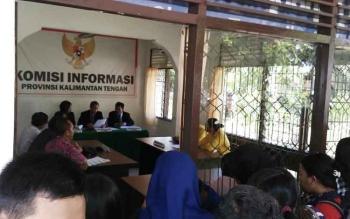 Sekretariat Komisi Informasi Kalimantan Tengah dipenuhi mahasiswa saat sidang sengketa informasi antara pemohon Badan Eksekutif Mahasiswa Universitas Palangka Raya dan termohon Rektorat, Rabu (9/11/2016). BORNEONEWS/RONI SAHALA