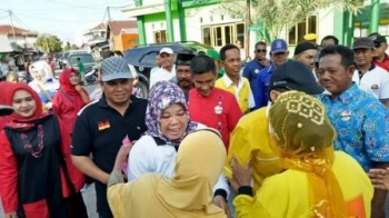 Calon Bupati Nurhidayah bersama Calon Wakil Bupati Ahmadi Riansyah sat mengunjungi nelatan di Kumai. BORNEONEWS/KOKO SULISTYO