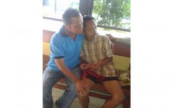 Yeyen (35) dalam pelukan ayahnya, Marpanus (60), di kantor KP3 Kumai. Warga Sampit yang dilaporkan hilang Senin (7/11/2016) itu, ditemukan di Kumai, Kamis (10/11/2016). BORNEONEWS/VIRGIAWAN GIGIH SATRIO/DOK