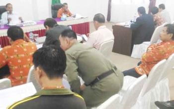 Bupati Gumas Arton S Dohong memimpin rapat evaluasi pendapatan asli daerah (PAD) di ruang rapat lantai I kantor Bupati Gumas, Kamis (10/11/2016) siang. BORNEONEWS/EPRA SENTOSA