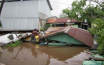 Rumah Toni, di Gg H Masrani Noor, Jalan Kapten Mulyono, Kecamatan Mentawa Baru Ketapang, Kotawaringin Timur, Kamis (10/11/2016), nyaris rata dengan tanah. Tembok toko Aikon roboh saat hujan deras. BORNEONEWS/M. HAMIM