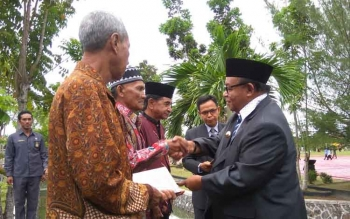 Haliansyah berjabat tangan dengan Bupati Sukamara, Ahmad Dirman saat menerima buku sejarah pahlawan Sukamara usai upacara Peringatan Hari Pahlawan, Kamis (10/11/2016). BORNEONEWS/NORHASANAH