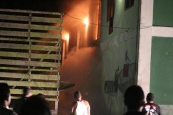 Api yang telah menghanguskan seluruh isi gedung terlihat menjilat keluar. BORNEONEWS/HENDY NURFALAH