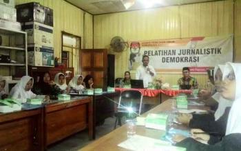 Suhartoyo saat memberikan materi terkait tugas jurnalis di lapangan. BORNEONEWS/DJEMMY NAPOLEON
