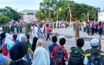 Aksi teatrikal mahasiswa menutup jalan utama yang mengelilingi Bundaran Besar Kota Palangka Raya. BORNEONEWS/RONI SAHALA