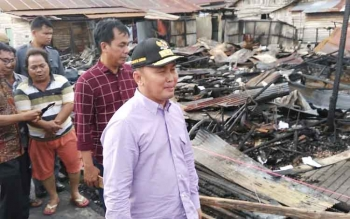 Gubernur Kaltengn Sugianto Sabran menyerahkanbantuan untuk korban kebakaran di Gang Sayur, Puntun Rindang, Banua, Palangka raya, Kamis (10/11/2016) BORNEO/RONI SAHALA
