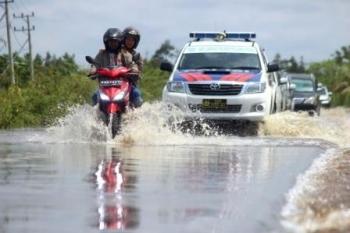 Jalan Bukit RaWI, terputus karena banjir tahunan. BORNEONEWS/SARIPUDIN