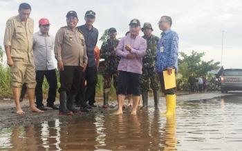 Gubernur Kalteng, H. Sugianto Sabran (dua kanan telanjang kaki), meninjau lokasi banjir jalan trans kalimantan, Bukit Rawi, Pulang Pisau, Kamis (10/11/2016). Gubernur menganggarkan pembuatan jalan layang. BORNEONEWS/PPOST/WAHYUDI HENDRA