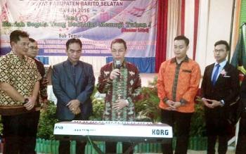 Pj Bupati Barsel, H Mugeni menekan tuts keyboard menandai dibukanya kegiatan Pesparawi VIII Barito Selatan 2016. BORNEONEWS/PPOST/H. LAILY MANSYUR