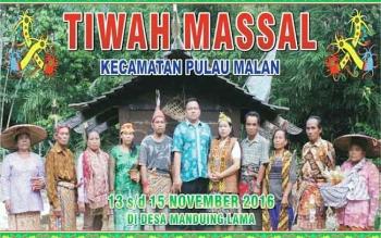 Baliho bergambar warga Desa Manduing Lama, Kecamatan Pulau Malan bersama ketua panitia dan kepala desa setempat terkait ritual Tiwah massal terpampang di desa setempat. BORNEONEWS/ISTIMEWA