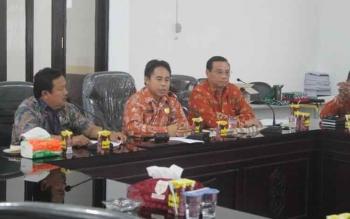 Anggota DPRD Gunung Mas Herbert Y Asin (tengah) memimpin rapat, beberapa waktu lalu. Jumat (11/11/2016), Herbert mengingatkan SKPD agar bekerja keras merealisasikan target PAD. BORNEONEWS/EPRA SENTOSA