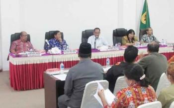 Bupati Gunung Mas, Arton S Dohong memimpin rapat persiapan Festival Tandak Intan Kaharingan di ruang rapat lantai I kantor Bupati Gumas, Kamis (10/11/2016) siang. BORNEONEWS/EPRA SENTOSA