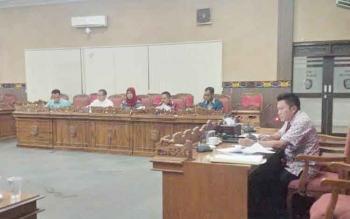 Ketua Baleg DPRD Kotim, Dadang H Syamsu, memimpin rapat pembahasan Raperda tentang Perangkat Desa di hari ketiga pembahasan, di ruang rapat paripurna DPRD Kotim, Jumat (11/11/2016). BORNEONEWS/M. RIFQI