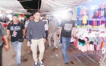 Bupati Kotim, Supian Hadi mengelilingi stand Sampit Fair 2016, di Stadion 29 November Sampit melihat kemeriahan event yang digelar pemuda Kotim itu, Kamis (10/11/2016) malam. BORNEONEWS/RAFIUDIN