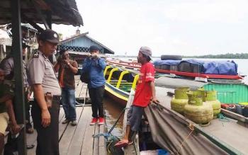 Polsek Kawasan Pelabuhan Mentaya melarang para pemilik atau motoris perahu kelotok membawa muatan berlebihan, demi menjaga sesuatu yang tidak diinginkan. BORNEONEWS/M. HAMIM