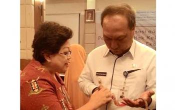 Seorang ibu pengrajin menunjukkan hasil karyanya kepada Wakil Wali Kota Palangka Raya, Mofit Saptono Subagio, yang akan ia daftarkan untuk memiliki HKI atas motif Telawang yang ia jadikan bandul kalung. BORNEONEWS/TESTI
