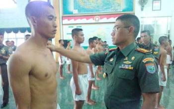 Danrem 102 Panju-Panjung Kolonel Arm M Naudi Nurdika mengecek calon Tamtama pada Sidang Parade Cata PK TNI AD Gelombang II, wilayah Sub Panda Palangka Raya, Jumat (11/11/2016). BORNEONEWS/BUDI YULIANTO