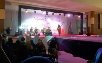 Dalam Pagelaran Budaya Nusantara 2016, Kotawaringin Barat menampilkan alat musik khas Dayak, Sape. Nampak Helmi salah satu mahasiswa Kobar menunjukkan kemampuannya. BORNEONEWS/KOKO SULISTYO