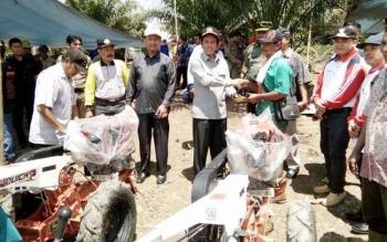 Anggota Komisi IV DPR RI, H. Hamdhani menyerahkan belasan Alsintan secara simbolis kepada kelomok tani di desa tersebut. BORNEONEWS/HENDI NURFALAH