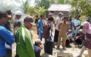 Petani Kecamatan Pantai Lunci Kabupaten Sukamara saat mendapat pelatihan cara menanam padi oleh Dinas Pertanian dan Peternakan (Distanak) Sukamara. BORNEONEWS/NORHASANAH