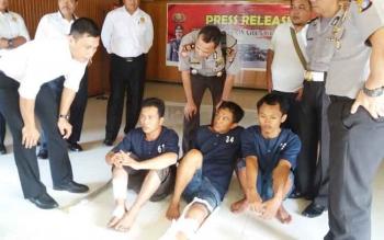 Sejumlah perwira Polres Kotawaringin Timur sedang menginterogasi tiga tersangka yakni Iwan (kanan), Poniri (tengah), dan Jeri (kiri). BORNEONEWS/HAMIM