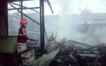 BPK Swasta sedang memadamkan api di lokasi rumah Kurniansyah yang di duga awalnya muncul percikan api. BORNEONEWS/DJEMMY NAPOLEON