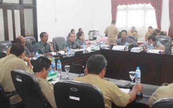 Kalangan DPRD Gunung Mas membahas RAPBD Gumas 2017 dengan pihak Dinas Kesehatan, Dinas PU, BLH dan RSUD Kuala Kurun di ruang rapat dengar pendapat (RDP), Senin (14/11/2016). BORNEONEWS/EPRA SENTOSA