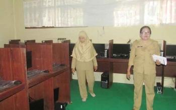 Kepala SMPN 1 Kurun, Kabupaten Gunung Mas Ina Marita (kanan) ketika berada di laboratorium komputer, Senin (14/11/2016). SMPN 1 Kurun baru saja mendapat bantuan 24 unit komputer dari Kemendikbud. BORNEONEWS/EPRA SENTOSA