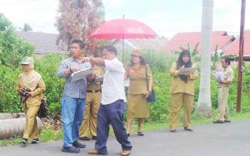 Tim penilai di bawah pimpinan Bidang Pertamanan dan Kebersihan Dinas PU Kabupaten Kapuas melakukan penilaian kebersihan kota. BORNEONEWS/DJEMMY NEPOLEON