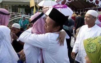 Keluarga menyambut jemaah haji tahun 2016, saat tiba di Nanga Bulik, Lamandau, beberapa waktu lalu. Pemkab kembali berangkatkan 25 pemuka agama mengikuti program ibadah dan wisata rohani. BORNEONEWS/HENDI NURFALAH