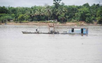 Penambang pasir tampak beroperasi di wilayah Dusun Selatan, Barito Selatan. BORNEONEWS/LAILY MANSYUR