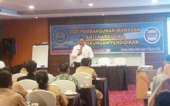 Kepala BNNP Kalteng, Kombes Pol Sumirat Dwiyanto saat memberikan materi TOT kepada puluhan kepala sekolah dan guru BP di Kotim di Sampit, Senin (14/11/2016). BORNEONEWS/RAFIUDIN