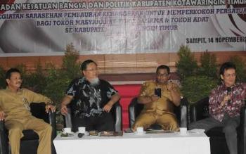Wakil Gubernur Kalteng Habib Said Ismail (dua dari kanan), Anggota DPR RI Hang Ali S (dua dari kiri) pada pertemuan para tokoh lintas agama, tokoh masyarakat dan tokoh adat di Sampit, Senin (14/11/2016). BORNEONEWS/HAMIM