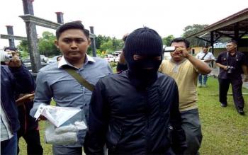 Kepala BPN Seruyan, Yusweleong Tuah ditangkap Direktorat Reserse Narkoba Polda Kalimantan Tengah. Dia dibekuk di halaman parkir Hotel Luwansa, Palangka Raya, Minggu (13/11/2016), pukul 14.30 WIB. Barang bukti 0,36 gram sabu. BORNEONEWS/BUDI YULIANTO