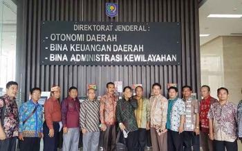 Sejumlah anggota DPRD Barito Utara, dipimpin Wakil Ketua II, H Acep Tion bersama pejabat Kemendagri seusai rapat koordinasi dan penetapan penyelesaian tata batas, 11 November 2016. BORNEONEWS/DOK