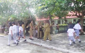 Tim penilai di bawah pimpinan Bidang Pertamanan dan Kebersihan Dinas PU Kapuas melakukan penilaian kebersihan sekolah tingkat SD, Selasa (15/11/2016). Lomba ini ingin mengubah perilaku anak-anak SD agar senantiasa jaga kebersihan. BORNEONEWS/DJEMMY NAPOLE
