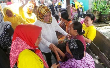 Calon Bupati Kotawaringin Barat 2017-2022, Hj. Nurhidayah, menyambangi warga Kelurahan Raja Seberang dan Mendawai Seberang. BORNEONEWS/KOKO SULISTYO