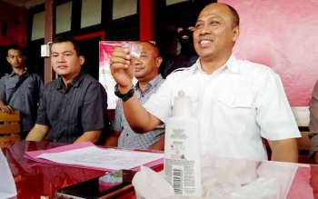 Direktur Reserse Narkoba Polda Kalteng Kombes Pol Akhmad Shaury menunjukan barang bukti sabu milik Kepala BPN Kabupaten Seruyan, Yusweleong Tuah, Selasa (15/11/2016). BORNEONEWS/BUDI YULIANTO