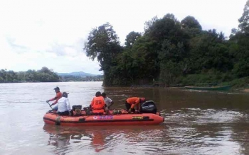 Proses pencarian korban bayi umur 8 bulan yang hilang di Sungai Barito di Desa Muara Bumban oleh petugas dari BPBD. BORNEONEWS/SUPRI ADI