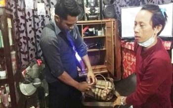 Apur Hans (pakai masker) pemilik salon di Jalan Katunen Kasongan yang diamankan Polsek Katingan Hilir karena kedapatan mengedarkan Zenith. ISTIMEWA