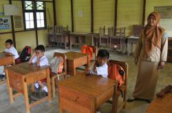 Seorang guru sedang bertugas di kelas. Ketua Komisi III DPRD Kotawaringin Timur, Rimbun, Selasa (15/11/2016), menilai kekurangan guru, salah satu permasalahan serius yang harus mendapat perhatian di Kotim. BORNEONEWS/M. RIFQI