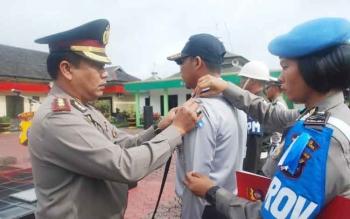 Kapolres Barito Utara AKBP Roy HM Sihombing SIK menyematkan pita kepada perwakilan anggota dalam rangka pelaksanaan Operasi Zebra Tahun 2016 di halaman Mapolres setempat, Rabu (16/11).(PPOST/AGUS SIDIK)