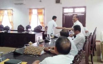 Ketua DPRD Kotim Jhon Krisli langsung berlalu setelah memutuskan rapat pembahasan KUA-PPAS APBD 2017 ditunda, Rabu (16/11/2016). Jhon kecewa karena dua hari terakhir rapat selalu tidak kuorum. BORNEONEWS/M. RIFQI