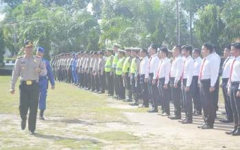 Kapolres Sukamara, AKBP Rade Mangaraja Sinambela saat memeriksa kesiapan pasukan yang tergabung dalam Oprasi Zebra Telabang di Kabupaten Sukamara.