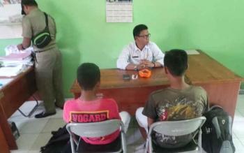 Dua pelajar, IVK (SMP 4) dan N, Man Pelingkau kedapatan membolos oleh Satpol PP di Sampuraga jalan Sutan Syahrir Pangkalan Bun, Rabu (16/11/2016). BORNEONEWS/KOKO SULISTYO