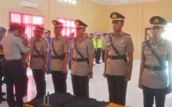 Kapolres Sukamara, AKBP Rade Mangaraja Sinambela melepas dan memasang tanda jabatan kepada tiga periwira yang akan pindah dan tiga pejabat baru di Polres Sukamara, Rabu (16/11/2016). BORNEONEWS/NORHASANAH