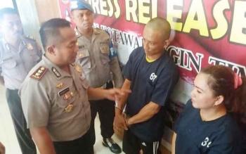 Kapolres Kotim, AKBP Hendra Wirawan, Rabu (16/11/2016), menginterogasi pasangan suami istri Rizal (32) dan Dewi Wanti (37), yang ditangkap karena mengedarkan obat zenith. BORNEONEWS/M. HAMIM