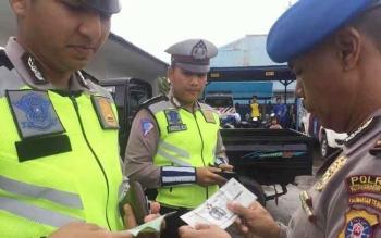 Seorang anggota Provos Polres Kotim sedang memeriksa kelengkapan berkendara dan KTA anggota Satlantas, Rabu (16/11/2016). BORNEONEWS/HAMIM